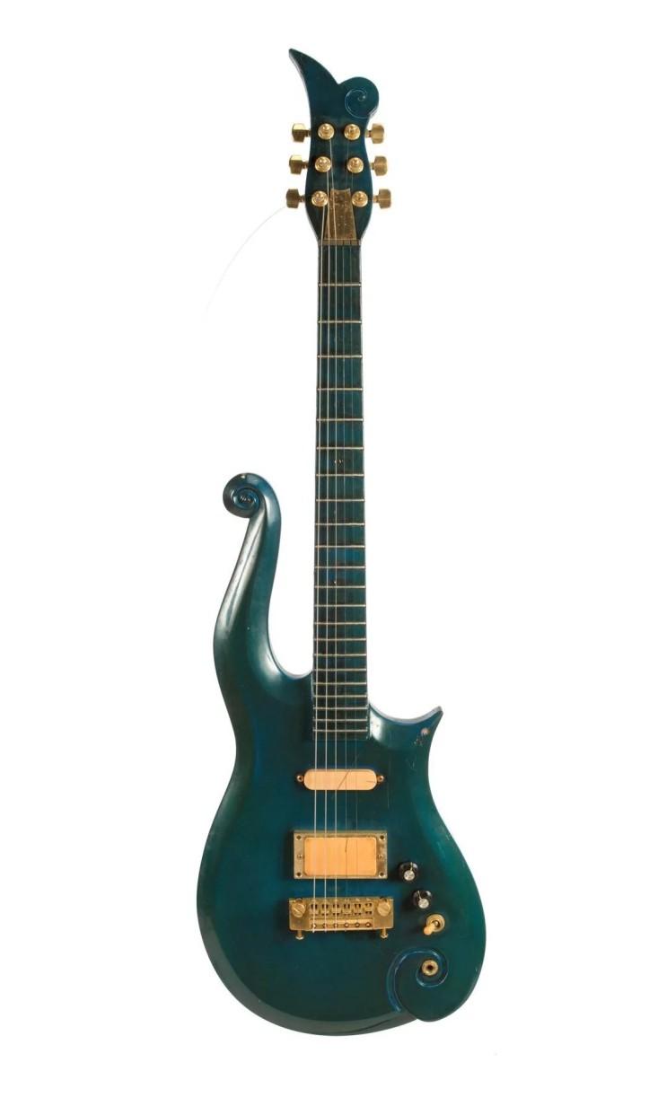 5a01ba236e02eprince-guitarra